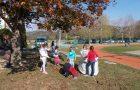 Spopad z listjem v okolici šole